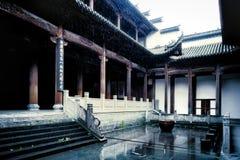 Casa velha na chuva imagens de stock royalty free