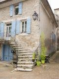 Casa velha na cidade de provence do manosque com obturadores azuis imagem de stock