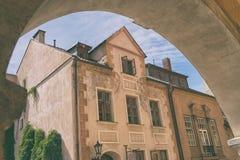 Casa velha no arco na cidade velha Fotos de Stock Royalty Free