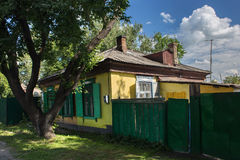 Casa velha no estilo siberian do russo no centro de Petropavl, Cazaquistão Imagens de Stock