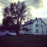 Casa velha sombrio no campo Imagens de Stock