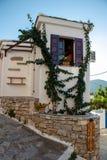 Casa velha típica em um quadrado em uma cidade grega pequena de Chora em Grécia no verão, peça da ilha de Alonissos do Sporades n imagem de stock