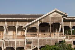 A casa velha tem uma parte dianteira da árvore Imagens de Stock