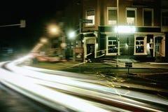 Casa velha vermelha do laser do bulbo da noite da rua de Timeexposure da cidade de Messplatz Mannheim foto de stock
