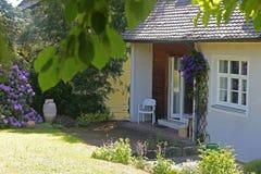 Casa velha, vista do lado do jardim e do pátio fotos de stock