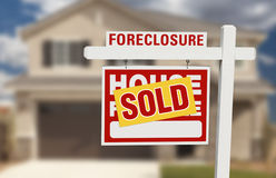 Casa vendida da execução duma hipoteca para o sinal e a casa da venda Fotos de Stock Royalty Free