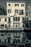 Casa veneciana, Italia blanco y negro Fotografía de archivo
