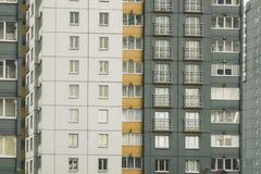 Casa, ventanas y balconie residenciales Foto de archivo libre de regalías