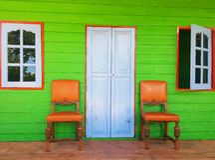 Casa verde com as cadeiras no patamar Fotos de Stock