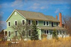 Casa verde com pradaria do quintal Fotografia de Stock Royalty Free