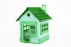 Casa verde del juguete en el fondo blanco Foto del estudio Mini casa linda Fotografía de archivo libre de regalías