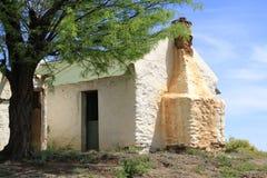 Casa verde del tejado en la colina Foto de archivo libre de regalías