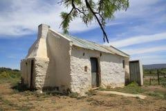 Casa verde del tejado en la colina Imágenes de archivo libres de regalías