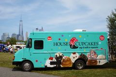 Casa verde do caminhão dos queques no parque estadual da liberdade, WTC no fundo Fotografia de Stock Royalty Free