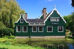 Casa verde do lado do país Fotos de Stock Royalty Free