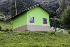 Casa verde na montanha fotos de stock