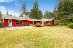 Casa vermelha brilhante com área da plataforma e do pátio do abandono Fotos de Stock Royalty Free