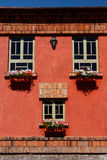 Casa vermelha com flores fotos de stock