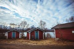 Casa vermelha de Tipical perto da costa de mar em Noruega Foto de Stock