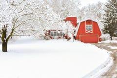 Casa vermelha do celeiro em um país das maravilhas do inverno fotos de stock
