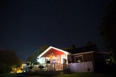 Casa vermelha e noite estrelado Fotografia de Stock