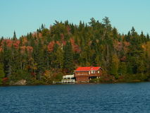 Casa vermelha na costa do lago Fotografia de Stock