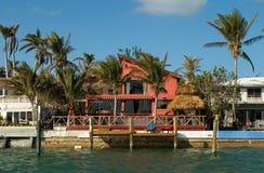 Casa vermelha pelo mar fotos de stock
