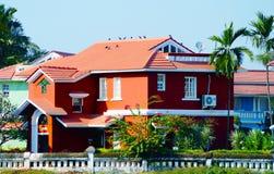 Casa vermelha perto da praia em Benaulim, Goa sul, Índia Foto de Stock Royalty Free