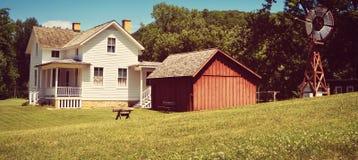 Casa, vertente do vermelho e moinho de vento brancos imagens de stock royalty free