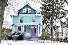 Casa victoriana brillantemente pintada cubierta en nieve imágenes de archivo libres de regalías