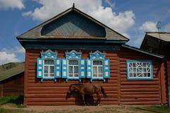 Casa vieja 3 de la aldea con un caballo Imágenes de archivo libres de regalías
