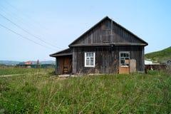 Casa vieja, abandonada del pueblo Isla Reineke, Vladivostok Imagen de archivo
