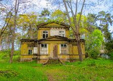 Casa vieja, abandonada en las dunas, en las orillas del golfo de Riga fotografía de archivo libre de regalías