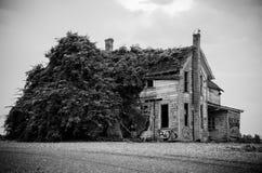 Casa vieja blanco y negro Foto de archivo