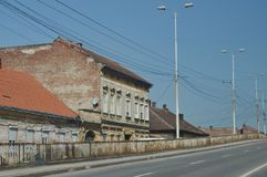 Casa vieja cerca de un puente Fotos de archivo libres de regalías
