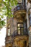 Casa vieja con el abedul en el balcón Foto de archivo