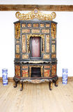 Casa vieja con el vector y la silla de madera Imagenes de archivo