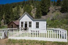 Casa vieja con la valla de estacas blanca en Custer, Idaho Foto de archivo