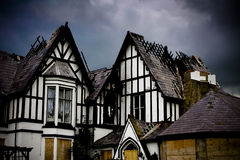 Casa vieja con las azoteas del daño de fuego Imagenes de archivo