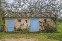 Casa vieja con las puertas azules imágenes de archivo libres de regalías