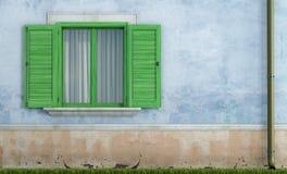 Casa vieja con las ventanas de madera verdes stock de ilustración