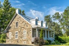 Casa vieja con los obturadores blancos Imágenes de archivo libres de regalías