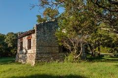 Casa vieja con los obturadores blancos Foto de archivo