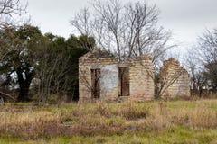 Casa vieja con los obturadores blancos Fotografía de archivo