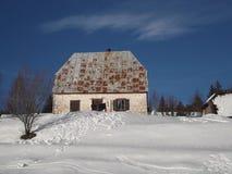 Casa vieja con los obturadores blancos imagen de archivo