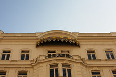 Casa vieja con un balcón y un toldo sobre él fotos de archivo libres de regalías