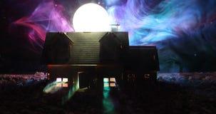 Casa vieja con un fantasma en la noche iluminada por la luna o casa frecuentada abandonada del horror en niebla Chalet místico vi stock de ilustración