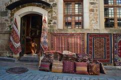 Casa vieja con una tienda en ella diversas alfombras locales interesantes sellling Fotos de archivo