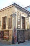 Casa vieja con una tienda en ella diversas alfombras locales interesantes sellling Imágenes de archivo libres de regalías