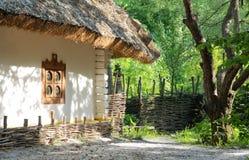 Casa vieja de la arcilla con la azotea de la paja Fotografía de archivo